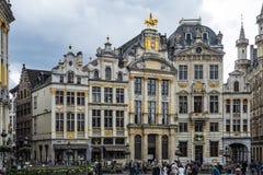 Vieux bâtiments d'or chez Grand Place à Bruxelles images stock