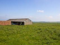 Vieux bâtiments de ferme dans un paysage de patchwork Images libres de droits