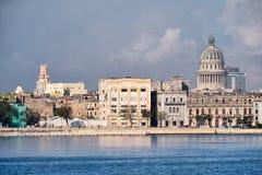 Vieux bâtiments de La Havane le long de la baie avec vue sur le capitol Photos libres de droits