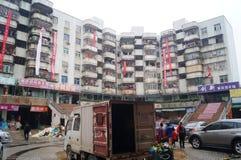 Vieux bâtiments de quarts résidentiels accrochant des bannières pour protester l'entreprise immobilière Image libre de droits