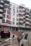 Vieux bâtiments de quarts résidentiels accrochant des bannières pour protester l'entreprise immobilière Photographie stock libre de droits