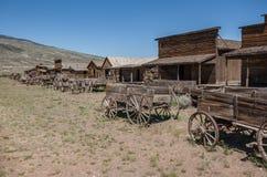 Vieux bâtiments de rondin occidentaux abandonnés et chariots en bois Photos libres de droits