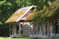 Vieux bâtiments de terres cultivables utilisés pour garder des godies de ferme, Lithuanie images libres de droits