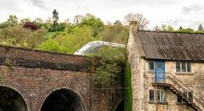 Vieux bâtiments du 18ème siècle de moulin et train interurbain moderne, port de Brimscombe, Stroud, le Cotswolds image stock