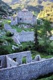 Vieux bâtiments ensoleillés de guerre dans les montagnes Photos stock
