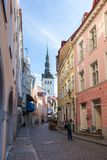 Vieux bâtiments et touristes à la vieille ville à Tallinn Image libre de droits