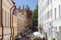 Vieux bâtiments et touristes à la vieille ville à Tallinn Photo libre de droits