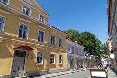 Vieux bâtiments et touristes à la vieille ville à Tallinn Photo stock
