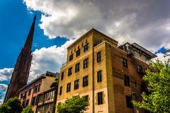 Vieux bâtiments et une église dans Mount Vernon, Baltimore, le Maryland Images stock
