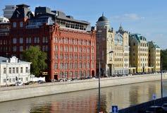 Vieux bâtiments historiques sur le quai de rivière de Moscou (rivière de Moskva) Photo libre de droits