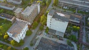 Vieux bâtiments industriels d'usine banque de vidéos