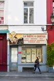 Vieux bâtiments résidentiels et commerciaux de style européen préservés sur des rues de ville de Bruxelles, Belgique Photos stock