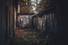 Vieux bâtiments ruinés au milieu du parc vu de l'extérieur Une vue de la tristesse photographie stock libre de droits