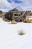 Vieux bâtiments superficiels par les agents de ville fantôme dans le désert pendant l'hiver avec la neige Photographie stock libre de droits