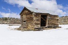 Vieux bâtiments superficiels par les agents de ville fantôme dans le désert pendant l'hiver avec la neige Images libres de droits