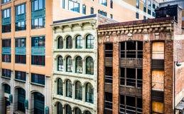 Vieux bâtiments vus d'un garage à Baltimore, le Maryland photographie stock libre de droits