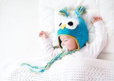 Vieux bébé de sept mois dormant dans le lit Photos stock