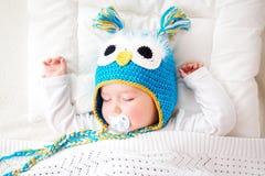 Vieux bébé de sept mois dormant dans le lit Photo libre de droits