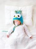 Vieux bébé de sept mois dormant dans le lit Photographie stock libre de droits