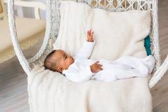 vieux bébé garçon de trois mois d'Afro-américain étendu dans le fauteuil Photographie stock