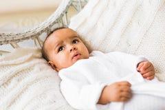 vieux bébé garçon de trois mois d'Afro-américain étendu dans le fauteuil Photo stock