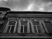 Vieux b?timent architectural Un bâtiment résidentiel antique dans la ville image stock