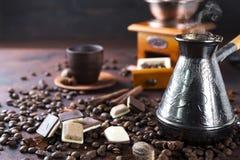Vieux bac et haricots de café Photos stock