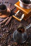 Vieux bac et haricots de café Photographie stock