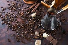 Vieux bac et haricots de café Image libre de droits