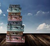 Vieux bagage de voyage avec le ciel gentil Images stock