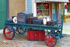 Vieux bagage sur le transporteur Images libres de droits