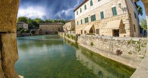 Vieux bains thermiques dans le village médiéval Bagno Vignoni, Toscane image stock