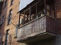 vieux balcon décrépit Photos stock