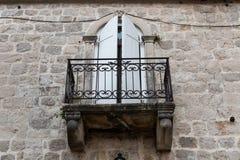 Vieux balcon de fer dans une vieille maison en pierre Images libres de droits