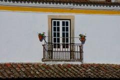 Vieux balcon de maison avec le toit carrelé rouge images stock