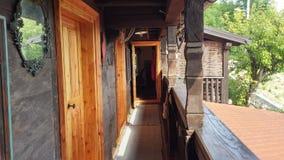 Vieux balcon en bois de maison Photos libres de droits