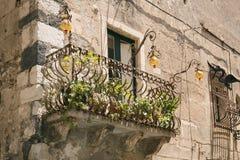 Vieux balcon en Sicile Photo stock