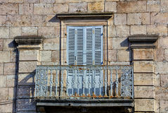 Vieux balcon fleuri dans Ornans Photos libres de droits