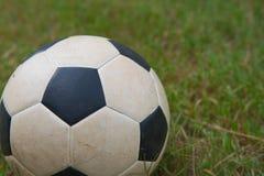 Vieux ballon de football traditionnel sur l'herbe verte le football, fond Photo libre de droits