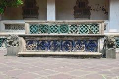 Vieux banc de Chinois dans le temple Photos stock