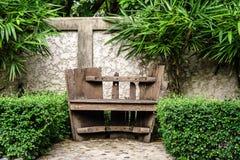 Vieux banc en bois dans le jardin Photo stock