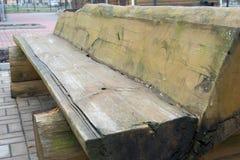 Vieux banc en bois dans le style brutal Images stock