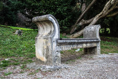 Vieux banc en parc photo libre de droits