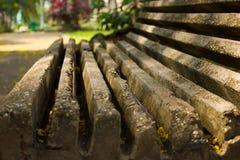 Vieux banc en pierre en parc Image stock