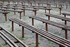 Vieux bancs en bois Photo stock