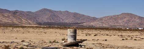 Vieux baril dans le désert Débris sales Images libres de droits