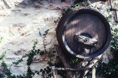 Vieux baril de vin en bois Photo stock