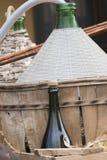 Vieux baril et bouteille de vin dans la ferme Image stock