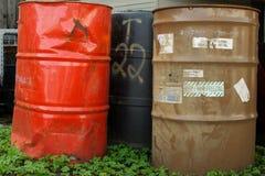Vieux barils chimiques dans le trèfle Photographie stock libre de droits