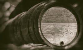 Vieux barils dans la cave de cru avec le fond brouillé - rétro photographie photo libre de droits